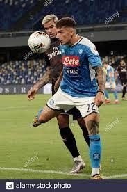 Giovanni Di Lorenzo (22) von Neapel und Theo Hernandez von Mailand  konkurrieren für den Ball im Spiel Serie A Tim zwischen SSC Neapel und AC  Mailand am 1. Juli Stockfotografie - Alamy