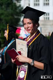 В УрФУ вручили дипломы выпускникам Красавица София Никитчук получила красный диплом из рук первого проректора Дмитрия Бугрова