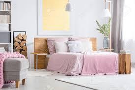Großes Holzbett Mit Rosa Bettwäsche Im Gemütlichen Weißen