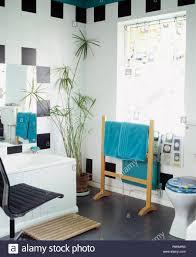 Blau Handtuch Auf Holz Handtuchhalter Vor Fenster Mit Gemusterten