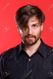 赤い背景の上の男黒の T シャツで流行に敏感前髪のヘアスタイル