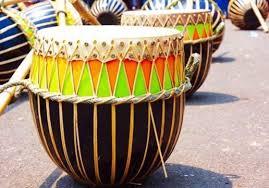 Contohnya adalah memainkan lagu tertentu dengan alat musik gitar, pianika, piano, biola dan alat musik lainnya. Alat Musik Tradisional Indonesia Jenis Daerah Dan Fungsi