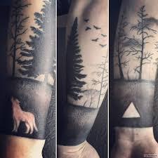 лес с волком и треугольником тату на предплечье у парня добавлено