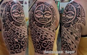 татуировка в стиле трайбл на плече у парня полинезия фото
