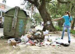 Resultado de imagen para echando la basura en un contenedor