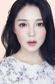 the feature of asian especially korean makeup is that they focus on making youthful skin tone and natural glow with shimmery eyeshadows