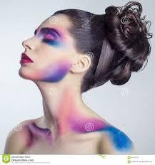 Mooie Jonge Vrouw Met Creatieve Gekleurde Make Up En Krullend