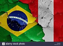 Le bandiere di Brasile e Perù dipinta sulla parete incrinato Foto stock -  Alamy