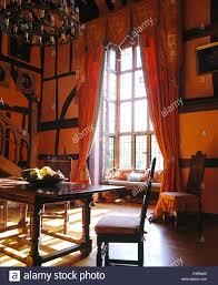 Orange Rote Vorhänge An Die Hohen Fenster Im Grossen Land