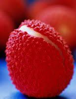 Реферат Экзотические плоды ru Поразительно красивый фрукт он похож на елочные украшения или на коралл Но не на еду это точно Яркие пушистые плоды личи растут на ужасно колючих