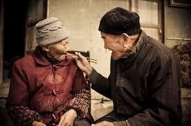 Image result for hỉnh ảnh hai ông bà già ngồi ăn với nhau