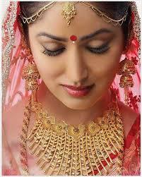 bengali bridal look with gold jewelry bindi