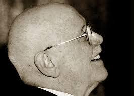 Roberto Murolo. Roberto Murolo nacque a Napoli il 19 gennaio 1912, penultimo dei 7 figli di Lia Cavalli ... - Roberto-Murolo