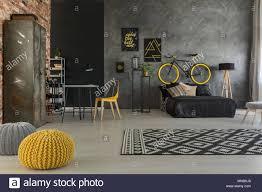 Grau Schlafzimmer Mit Bett Schreibtisch Stuhl Wand Gelb Details