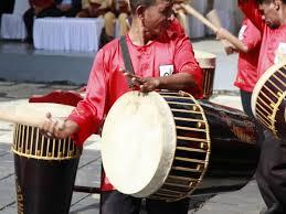 Instrumen musik yang terbuat dari bahan bambu ini tergolong ke dalam jenis instrumen musik tiup atau biasa dikenal sebagai aerophone.gawai ini memiliki bentuk yang kecil dan memanjang sekitar 30 cm dengan garis tengah sebesar 3 cm. Tifa Totobuang Harmonisasi Budaya Dalam Alunan Nada