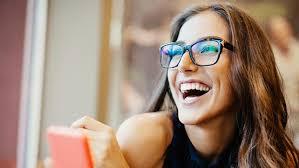 Resultado de imagem para pessoas usando óculos