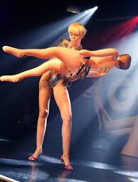 Miley Cyrus Performs Blowjob on Sex Doll During Concert in London.