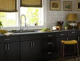 Eine kleine weiße Küche u a mit KNOXHULT Unterschrank mit Türen