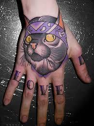 тату кот на кисти и надпись на пальцах Cat Newschool Tattoo On Hand