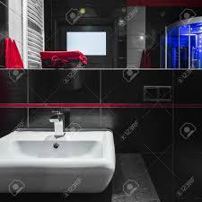 Einfache Weiße Waschbecken Im Modernen Badezimmer Mit Schwarzen