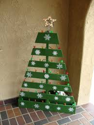 green pallet christmas tree. pallet christmas tree with lighted star. green d