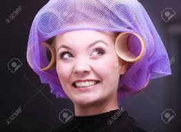 ビューティー サロン美容髪型で髪のカーラー ローラと陽気なブロンドの