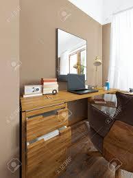 Schreibtisch In Einem Modernen Schlafzimmer Massivholz Mit Einer