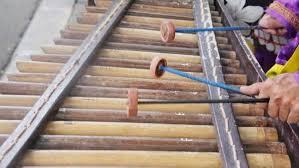 Alat musik pukul adalah alat musik yang penggunaannya dipukul untuk menghasilkan bunyi. 6 Alat Musik Pukul Bernada Dan Tidak Bernada Lengkap Lezgetreal
