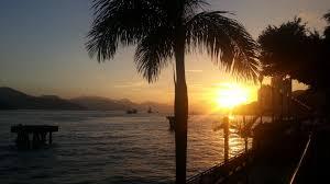 Resultado de imagem para praia com palmeiras ao fim da tarde