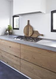 Door ons op maat gemaakte keuken; hout en betonstuc met onze ...