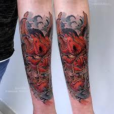 фото цветной мужской татуировки на руке в стиле япония ньюскул маска