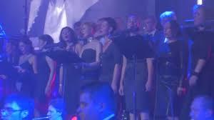 Symfonický Koncert Sbor Kyjev Stylové ženy Extravagantní účesy Zpěváci Hudebníky Hrají Modrá Světla Tmavé Hale Symfonický Orchestr Výkon
