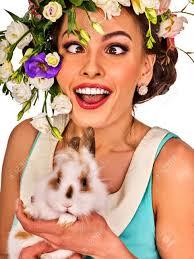 イースター保持ウサギの女の子休日春女花の髪型とメイクを偽まつげに祭では大人女性の楽しみのための
