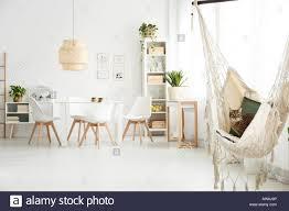 Weiß Esszimmer Mit Tisch Stühlen Lampe Und Katze In Der