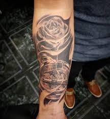 тату компаса с розой на предплечье парня фото рисунки эскизы