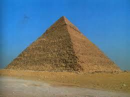 Реферат Пирамида ru Пирамида Хеопса самая большая из трех Имевшая вначале 146 м высоты сегодня она достигает лишь 137 м а на месте вершины образовалась площадка шириной 10