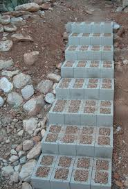 Die gartentreppe sichert ihnen einen leichten übergang und vermittelt den weg zwischen ihrem haus und dem. Gartentreppe Selber Bauen 35 Inspirationen Gartentreppe Garten Stufen Garten