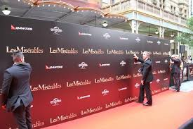 photo essay les mis atilde copy rables n premiere red carpet the background falls down and has to be put up again