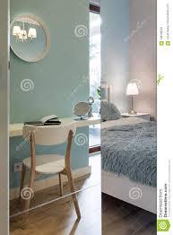 Stilvolles Schlafzimmer Mit Spiegelwand Stockbild Bild Von Bequem
