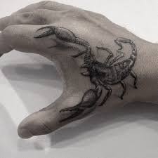 скорпионом татуировка на тыльной стороне ладони консервативный но