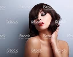 セクシーな女性モデルの前でポーズを取るブラックのショート髪型 1人の