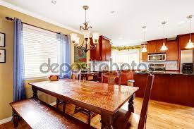 Panca Per Sala Da Pranzo : Tavolo da pranzo con panca e sedie nella sala cucina ? foto stock