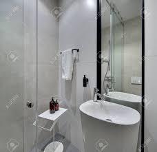 Helles Modernes Badezimmer Mit Weißen Und Cremefarbenen Fliesen An