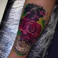 фото перекрытия старой татуировки в стиле реализм у девушки на руке