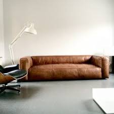 Resultado de imagen para robbie williams sentado en un sofá