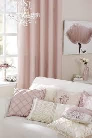 Awesome Wohnzimmer Farben Rosa Weiß Vintage Deko Kissen Gardinen