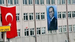 Çirkin bulunan Atatürk posteri okul duvarından indirildi