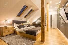 Geräumiges Schlafzimmer Mit Kingsize Bett Holzzubehör Und Fernseher