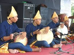 Alat musik tradisional dan cara memainkan alat musiknya. 11 Alat Musik Tradisional Lampung Beserta Penjelasan Dan Gambarnya