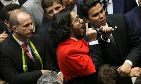 Jean Wyllys cospe em Bolsonaro durante votação do impeachment